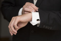Détails de mariage, boutons de manchette, costume masculin élégant et mains Photos libres de droits