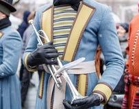 Détails de plan rapproché de la rétro position debout weared de soldat de trompettistes avec la trompette en laiton, l'autre fond photographie stock libre de droits