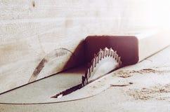 Détails de scies des meubles avec une scie de circulaire La circulaire a vu pour couper le bois photographie stock libre de droits