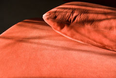 Détails de sofa en cuir rouge Photos stock