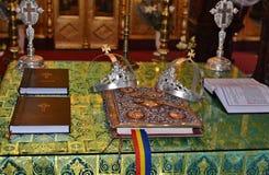 Détails des couronnes saintes de croix et de mariage Images libres de droits