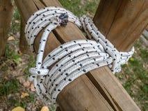 Détails des poutres de section rondes liées ainsi que des cordes employé souvent par des scouts de garçon pour la construction de image libre de droits