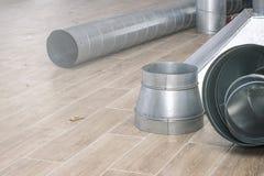 Détails du plan rapproché de système de ventilation sur le plancher sale pendant le travail d'installation image stock