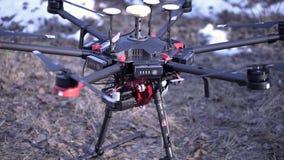 Détails en gros plan de quadcopter clip Le quadcopter puissant avec la nouvelle génération de la caméra professionnelle est prêt  banque de vidéos