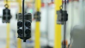 Détails en métal passant le convoyeur à l'usine Pièces de rechange sur la chaîne de montage banque de vidéos