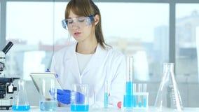 Détails femelles d'écriture de scientifique, résultat de recherche dans le laboratoire clips vidéos
