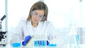 Détails femelles d'écriture de scientifique, résultat de recherche dans le laboratoire banque de vidéos