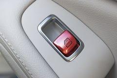 Détails intérieurs de cuir blanc de voiture de poignée de porte avec des contrôles et des ajustements de fenêtres La fenêtre de v Photo libre de droits