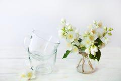 Détails toujours de la vie, tasse de thé sur la table en bois Photos stock