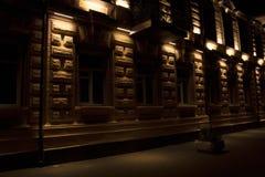 Détails urbains de façade de bâtiment illuminés photographie stock