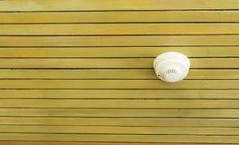 Détecteur de fumée sur le plafond en bois dans la station de vacances Photographie stock libre de droits