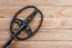 Détecteur de métaux sur la vieille table en bois rustique Photographie stock