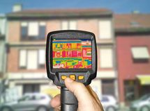 Détection de la perte de chaleur à l'extérieur du bâtiment photos libres de droits