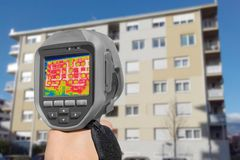 Détection de la perte de chaleur à l'extérieur du bâtiment image stock