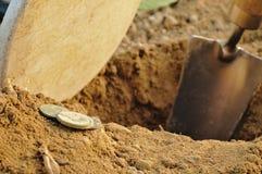 Détection trouvée vieilles par pièces de monnaie en métal Image stock