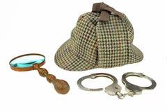 Détective Hat, rétro Magnifer et vraies menottes photographie stock