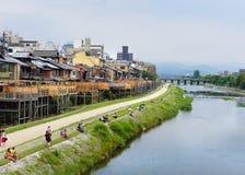 Détendant par la rivière de Kamo, Kyoto, Japon photographie stock
