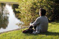 Détendez à la lumière du soleil d'automne Images stock