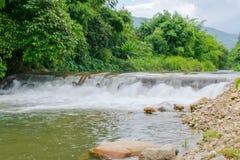 Détendez après avoir travaillé sur le week-end avec la chute de l'eau de ruisseau au chathaburi en Thaïlande Image libre de droits