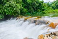 Détendez après avoir travaillé sur le week-end avec la chute de l'eau de ruisseau au chathaburi en Thaïlande Photographie stock libre de droits