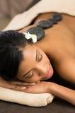 Détendez avec le massage en pierre chaud Photo stock