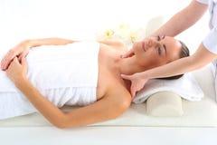 Détendez dans la station thermale - femme au massage Image libre de droits