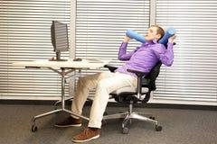 Détendez dans le travail de bureau - homme au poste de travail Photo stock