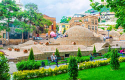Détendez dans le voisinage d'Abanotubani de Tbilisi Image stock