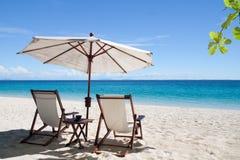Détendez, des deckchairs sur la plage Images libres de droits
