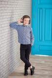 Détendez et concept de écoute de musique Suffisance européenne de garçon le peu Garçon dans la tenue de détente Image stock