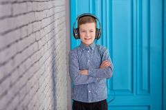 Détendez et concept de écoute de musique Suffisance européenne de garçon le peu Garçon dans la tenue de détente Image libre de droits