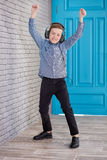 Détendez et concept de écoute de musique Suffisance européenne de garçon le peu Garçon dans la tenue de détente Images stock