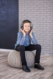Détendez et concept de écoute de musique Suffisance européenne de garçon le peu Garçon dans la tenue de détente Photos libres de droits