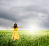 Détendez la femme dans les domaines verts de riz avec des rainclouds Photos stock
