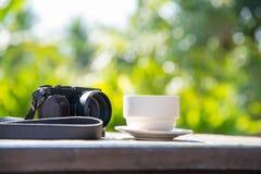 détendez la période, la tasse de café blanche avec le vert et le bok blured par jaune Photo libre de droits