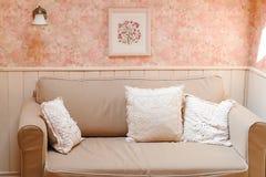 Détendez le secteur avec le grands sofa et coussins image libre de droits