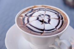 Détendez le temps avec du café chaud de cappuccino Images libres de droits