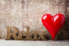 détendez Message de maison avec les lettres en bois Photos stock