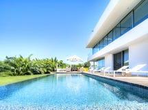 Détendez près de la piscine photos stock