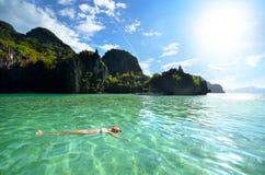 Détendez sur l'eau dans les roches Photo libre de droits