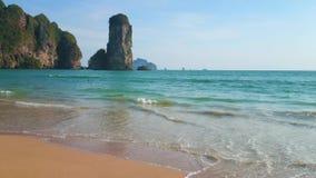 Détendez sur la plage de singe, ao Nang, Krabi, Thaïlande clips vidéos