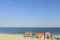 Détendez sur la plage pendant l'été un jour ensoleillé Photographie stock libre de droits