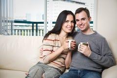 détente à la maison heureuse de couples Photos stock