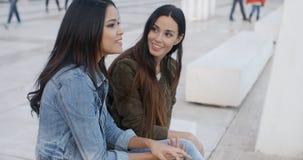 Détente à la mode de deux jeunes femmes Images libres de droits
