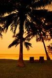Détente à la plage pendant le coucher du soleil Images libres de droits