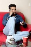 Détente à maison-parler sur le mobile Images stock