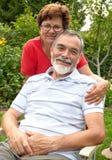 Détente aînée de couples photos libres de droits