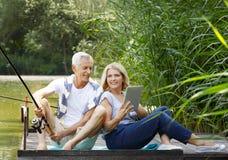 Détente aînée de couples extérieure Image libre de droits