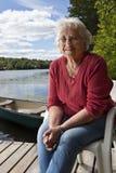 Détente aînée de femme Photos libres de droits