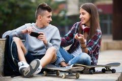 Détente adolescente avec des téléphones portables Images stock
